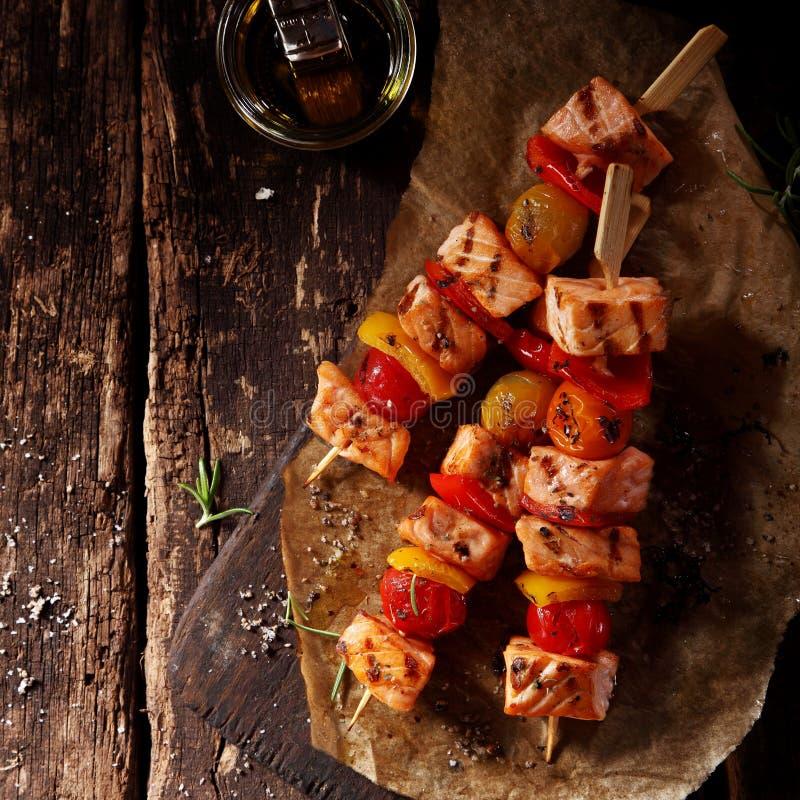 三条鱼Kebabs顶视图在表上的与油 免版税库存照片