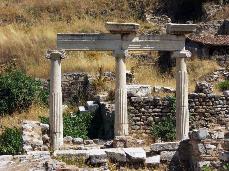 三柱子和废墟在以弗所,土耳其 免版税库存照片