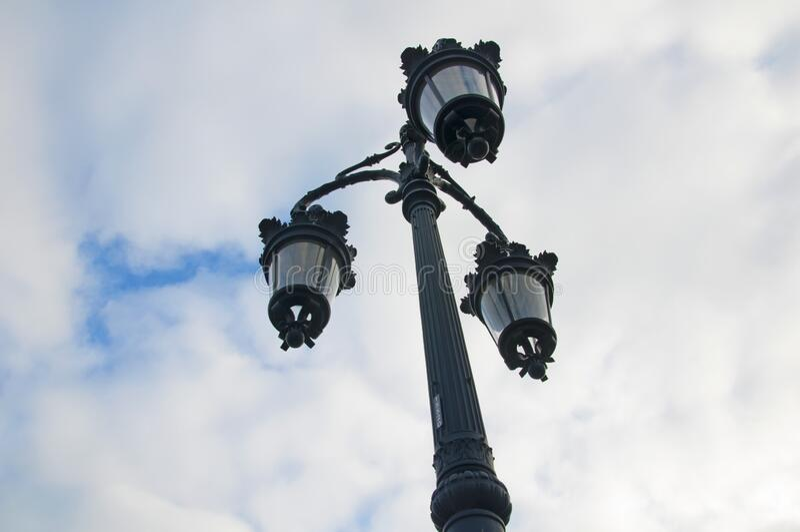 三灯多云的灰色灯柱 从底部到顶部的视图 免版税库存图片
