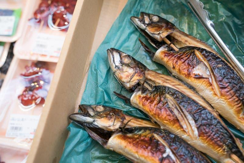 三烤了在纸棕色箱子的日本鱼 库存图片