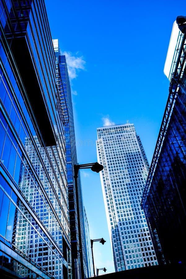 三玻璃现代办公室在金丝雀码头,港区耸立, 库存照片