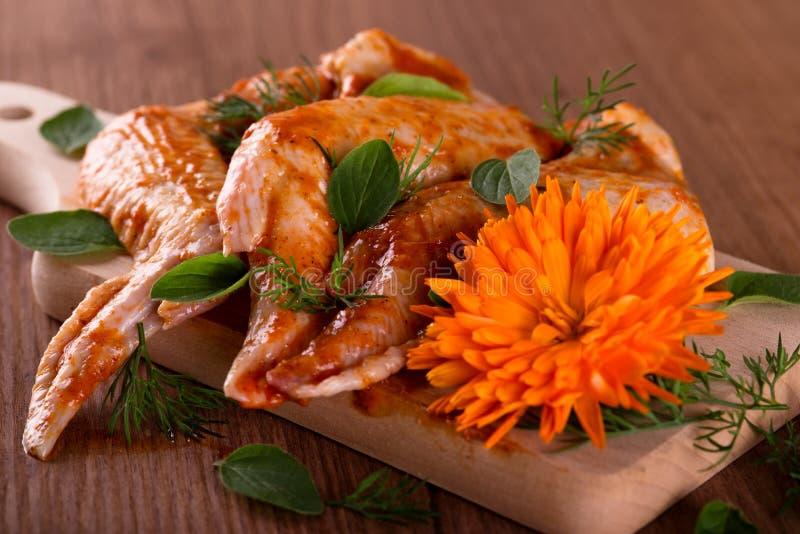 Download 三用了卤汁泡有万寿菊的鸡翼在木板 库存照片. 图片 包括有 家禽, 当事人, 可口, 牌照, 正餐, 烘烤 - 72363598