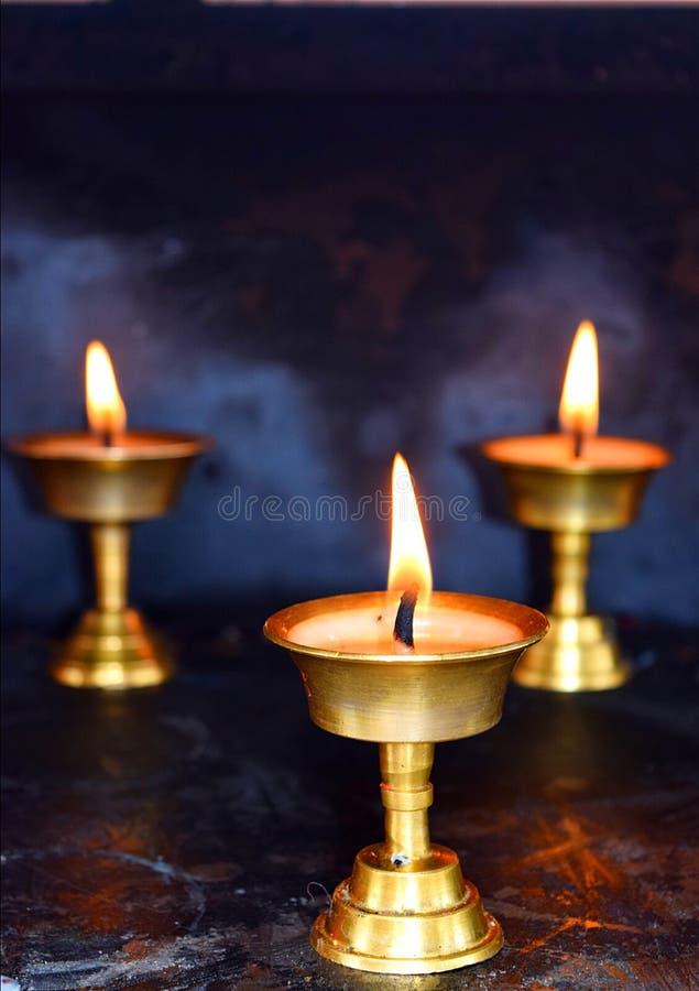 三盏黄铜灯-屠妖节节日在印度-灵性、宗教和崇拜 免版税库存图片