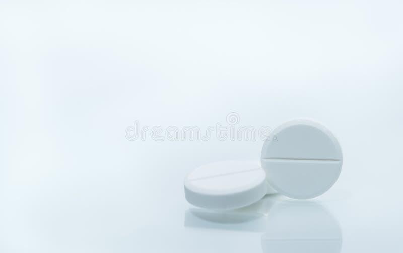 三种白色耐咀嚼的片剂宏观射击在白色背景的 免版税图库摄影