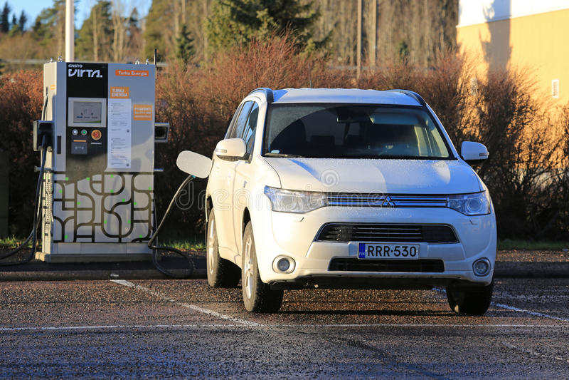 三菱外国人接通杂种SUV充电的电池 免版税图库摄影