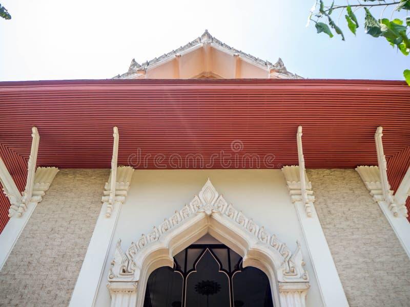 三角形屋顶寺庙,木灰浆材料,曼谷,泰国 免版税库存照片
