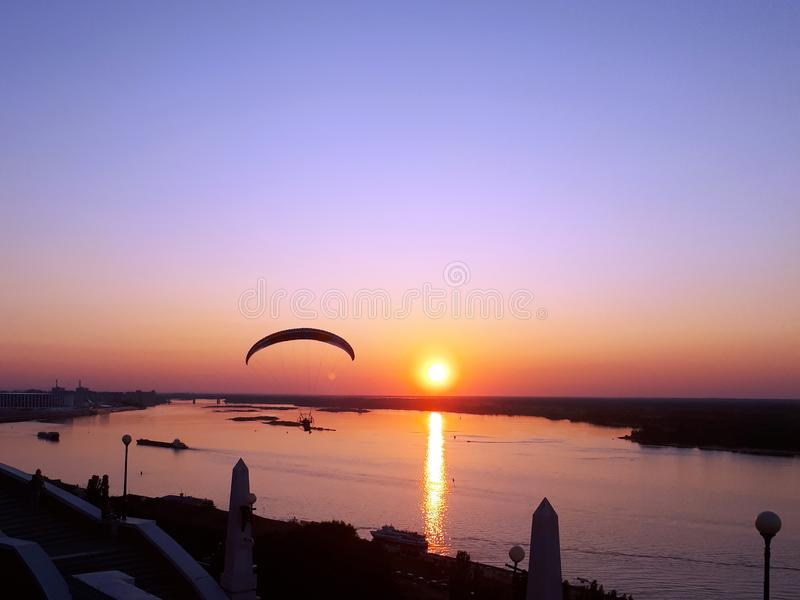三角洲在河伏尔加河的滑翔机飞行日落的 库存图片