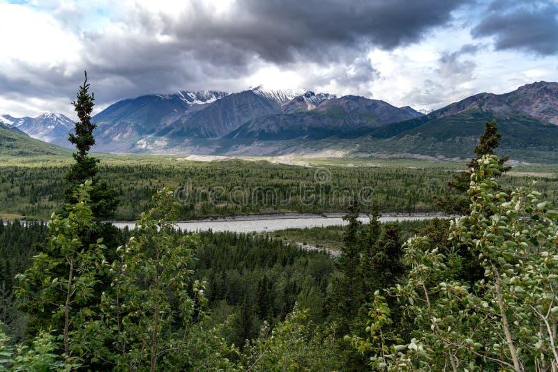 三角洲山在沿里查森高速公路的阿拉斯加在su 库存图片
