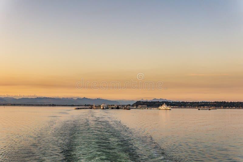 三角洲,加拿大- 2019年7月12日:在开阔水域的bcferries小船在Tsawwassen轮渡码头日落乘驾附近 库存照片