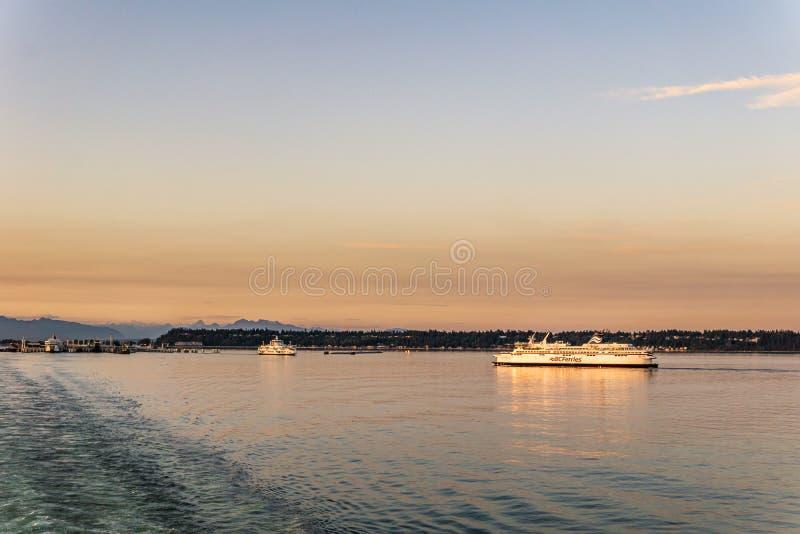 三角洲,加拿大- 2019年7月12日:在开阔水域的bcferries小船在Tsawwassen轮渡码头日落乘驾附近 免版税库存照片