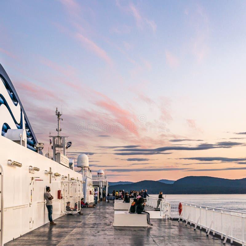 三角洲,加拿大- 2019年7月12日:在开阔水域的bcferries小船在Tsawwassen轮渡码头日落乘驾附近 图库摄影