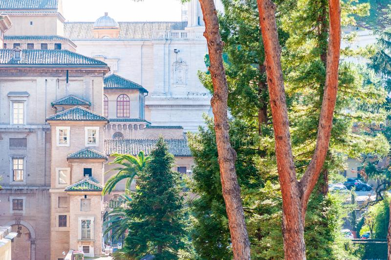 三角经典屋顶复盖物梵蒂冈与松树的博物馆复合体中世纪建筑学大厦的门面  库存图片