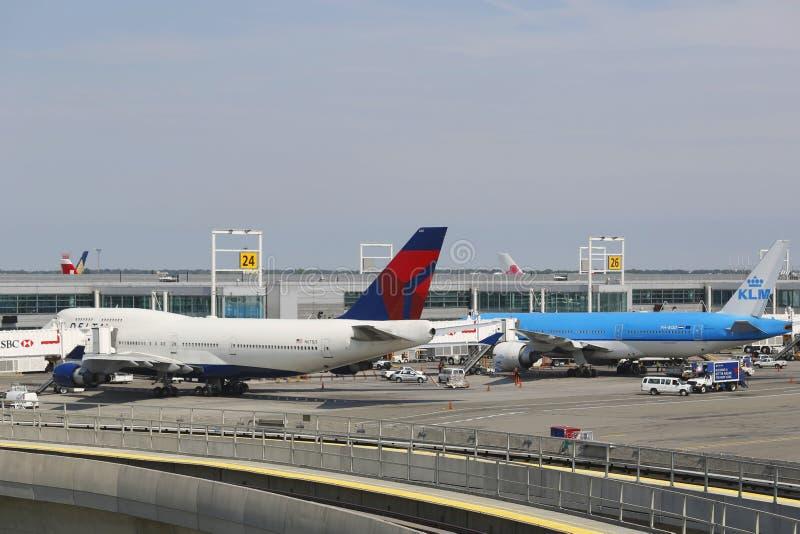 三角洲航空公司波音747和KLM在门的波音777在终端4在约翰・肯尼迪国际机场在纽约 免版税库存照片