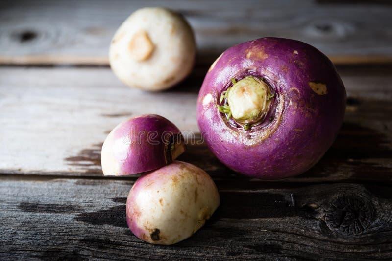 三说谎在土气木背景的大头菜 免版税库存图片