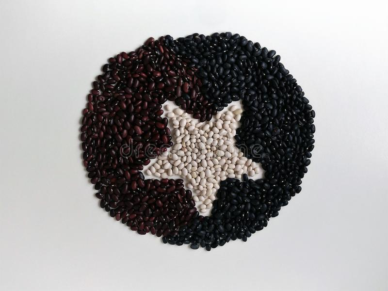 三豆延长表面上以与一个星的一个平的圈子的形式在中心 看法从 库存图片