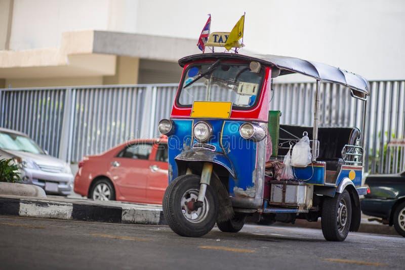 三转动在一条街道上的出租汽车在泰国首都 图库摄影