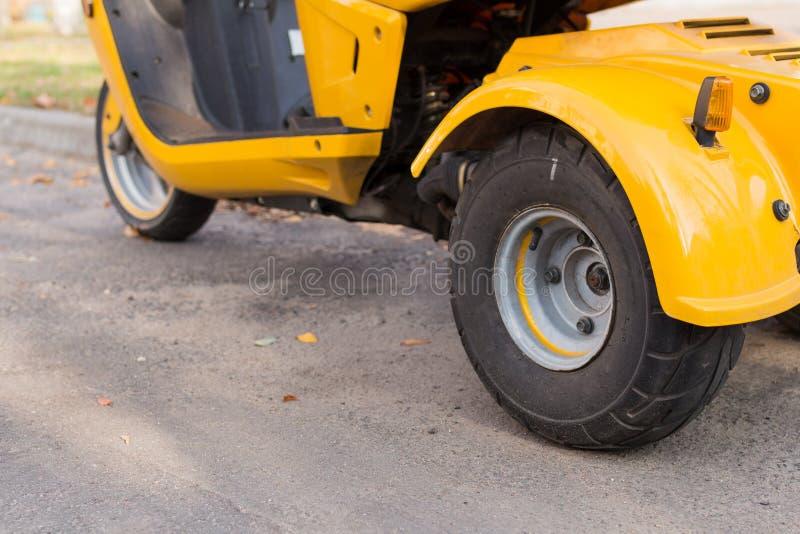 三轮摩托车细节 关闭轮胎视图 免版税库存图片