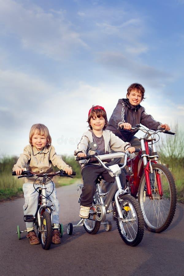 三辆兄弟乘驾自行车 库存图片