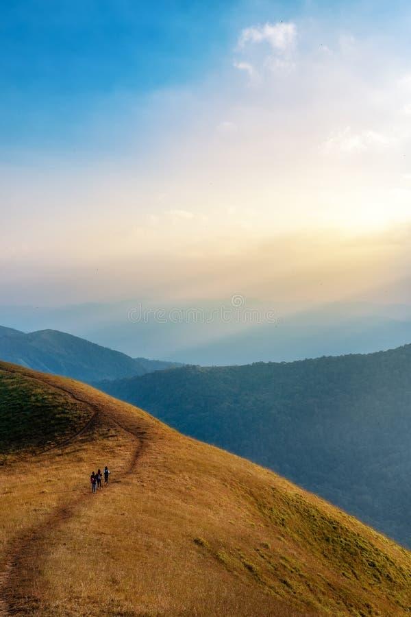 三迁徙在一座高山的妇女 库存图片