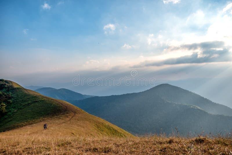 三迁徙在一座高山的妇女 库存照片