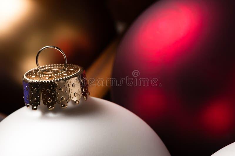 三金子红色和白色圣诞节装饰品关闭 免版税库存图片