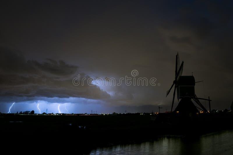 三雷电紧挨着击中了地面在严重雷暴期间在莱顿附近在荷兰 A 免版税库存照片
