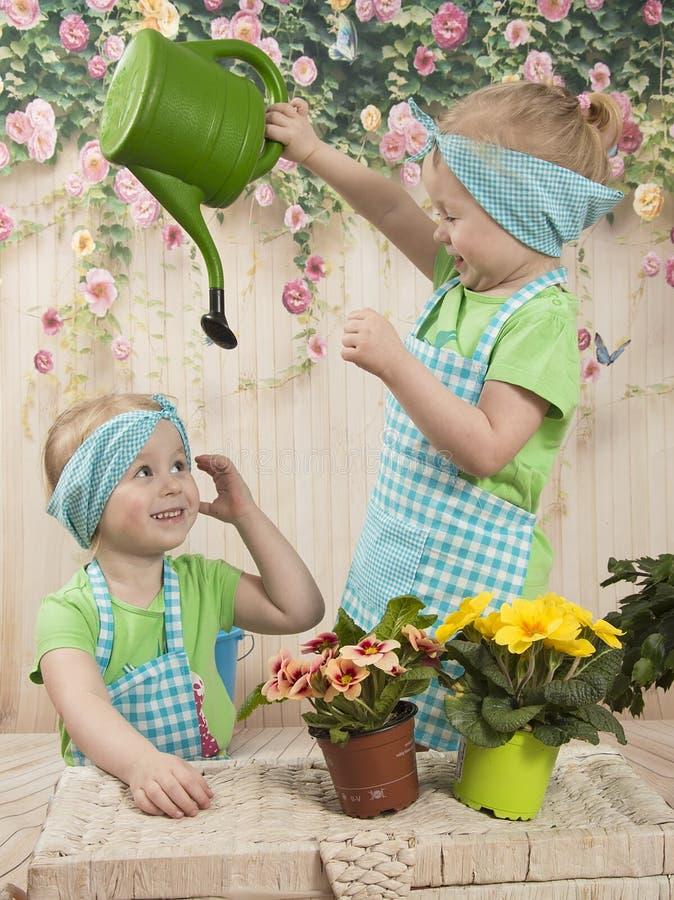 三年女孩孪生喜欢花, 库存图片