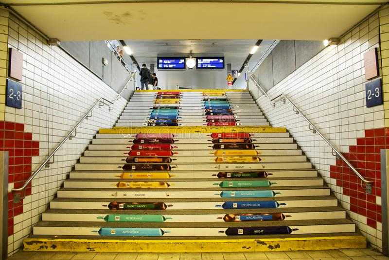 上上下下走乘客的人的五颜六色的艺术台阶 库存图片