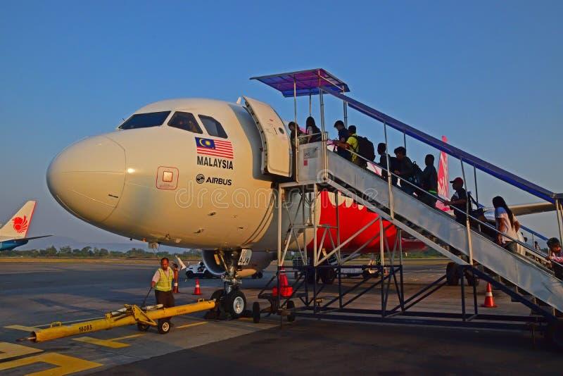 上亚洲航空飞行的乘客在Jogyakarta机场 免版税库存照片