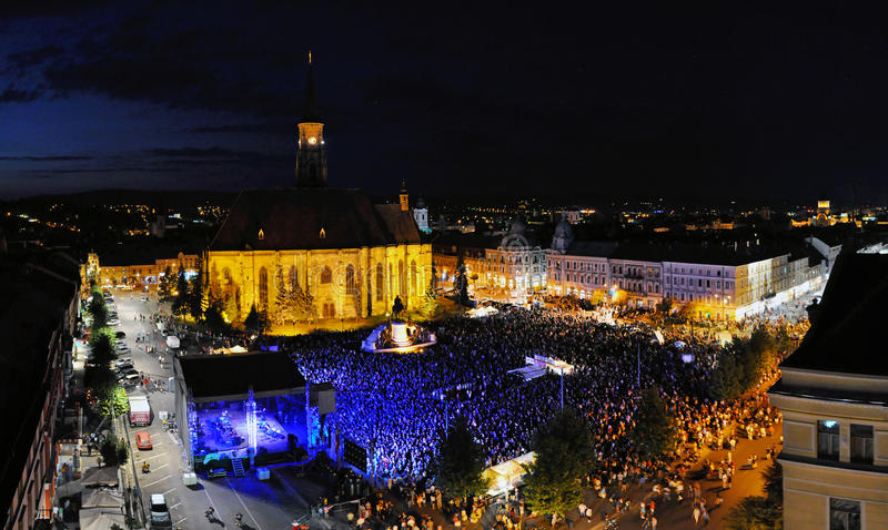上千群众一个正方形的在音乐会期间 免版税图库摄影