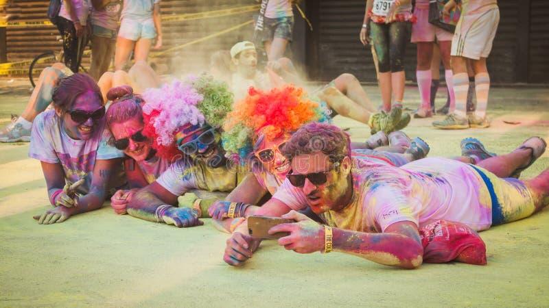 上千群众在颜色奔跑参与2014年在米兰,意大利 库存图片