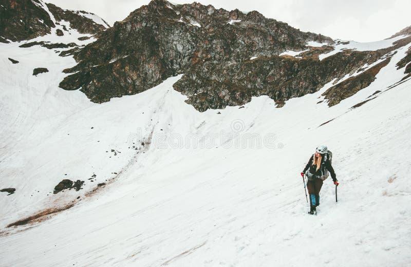 上升与冰斧登山旅行的妇女 免版税库存照片