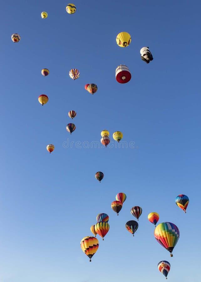 上升五颜六色的热空气的气球  库存图片