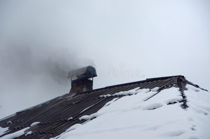 上升从一个烟囱的烟在冬天 图库摄影