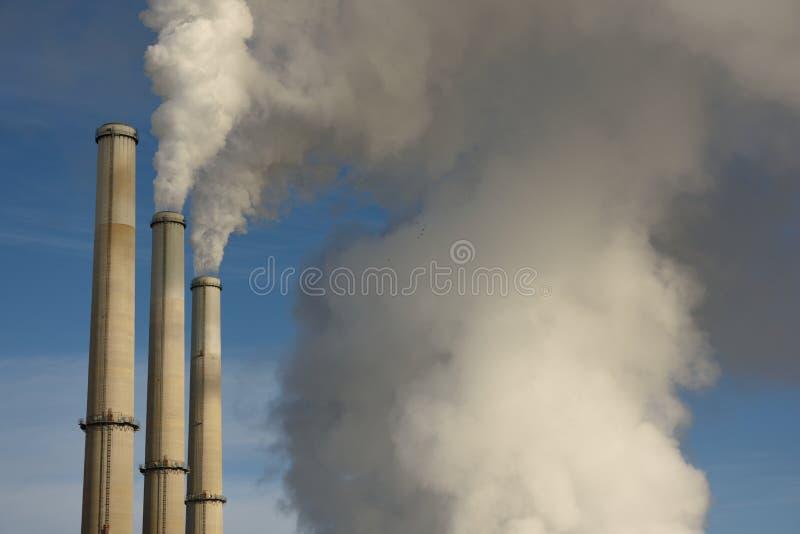 上升从一个燃煤蒸汽电动的引起的能源厂,Laramie河驻地的放射 库存照片