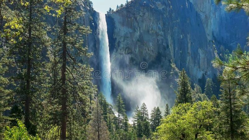 上升从bridalveil秋天的由后面照的薄雾在优胜美地国立公园 免版税库存照片