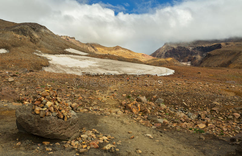 上升到在堪察加的活火山穆特洛夫斯基火山 免版税库存图片