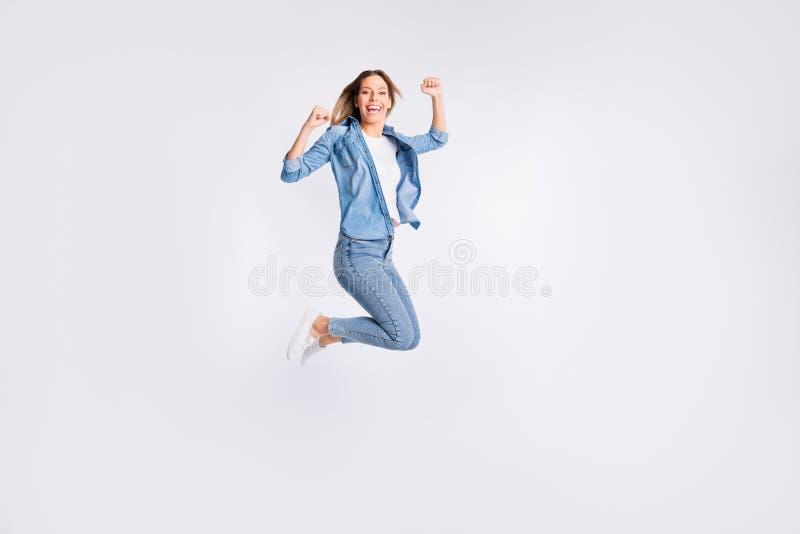 上升叫喊的呼喊的夫人全长身体尺寸照片打手势飞行的拳头在天空中隔绝了灰色 免版税库存图片