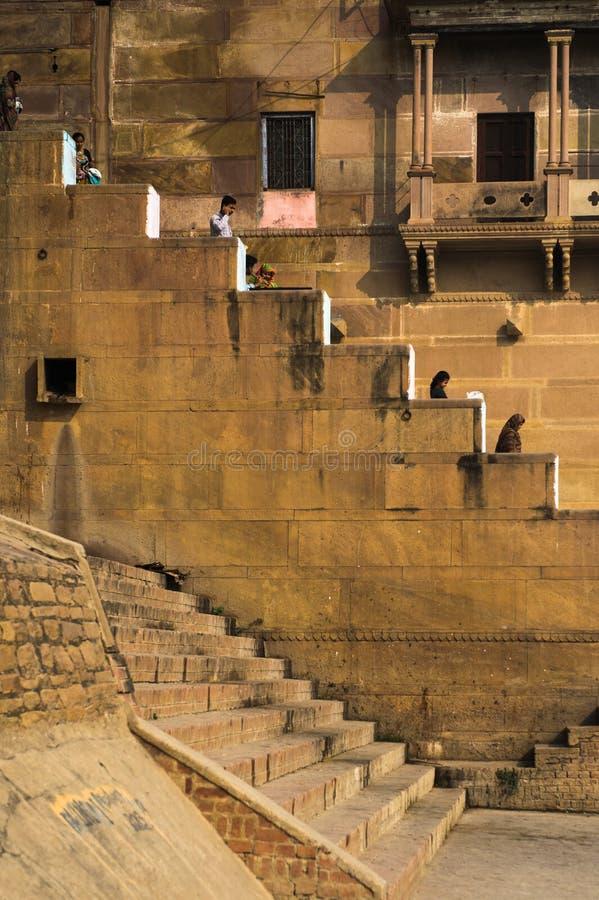 上升和下降在台阶的男人和妇女如在瓦腊纳西中看到 免版税图库摄影