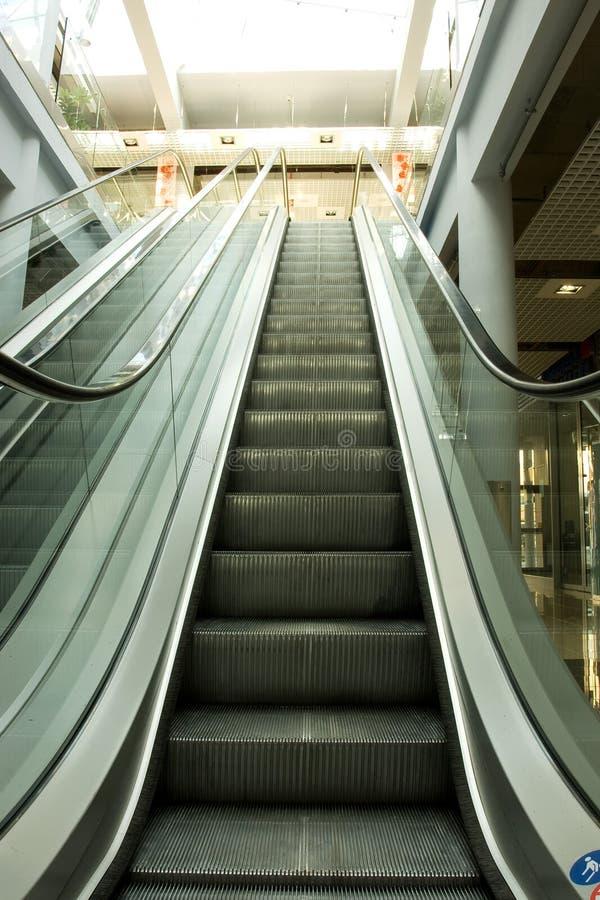 上升和下降的自动扶梯 库存图片