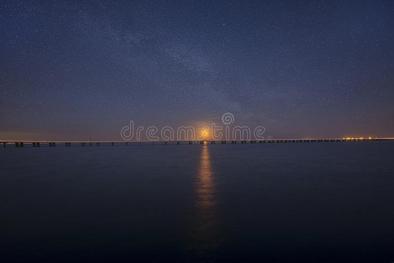 上升在一座长的桥梁上的超级名门出身月亮 免版税库存照片
