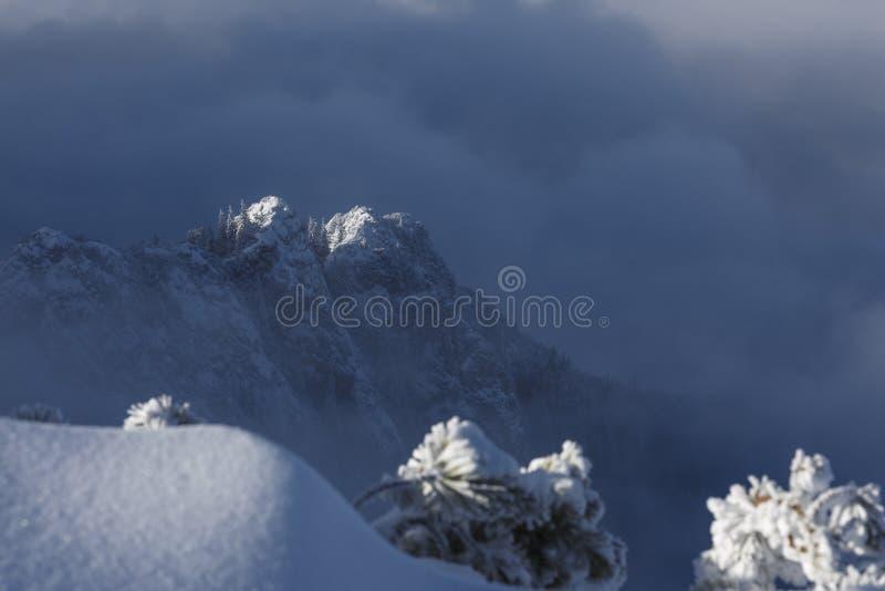 上升在云彩和雾上的坚固性山土坎令人惊讶的风景  免版税图库摄影