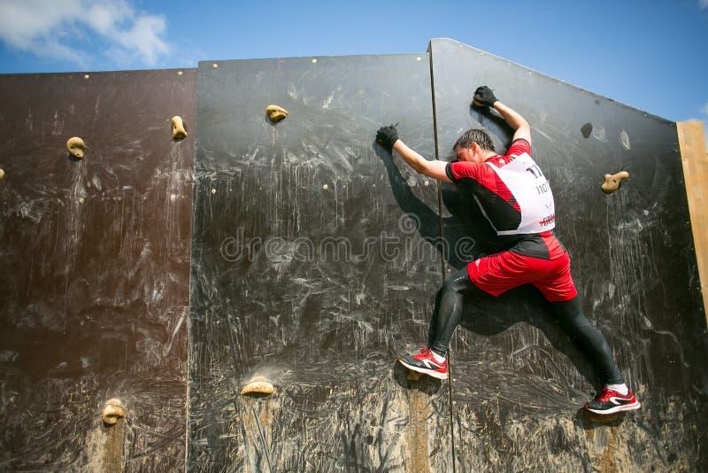 上升在体育军事竞争比赛期间的人们 免版税库存图片