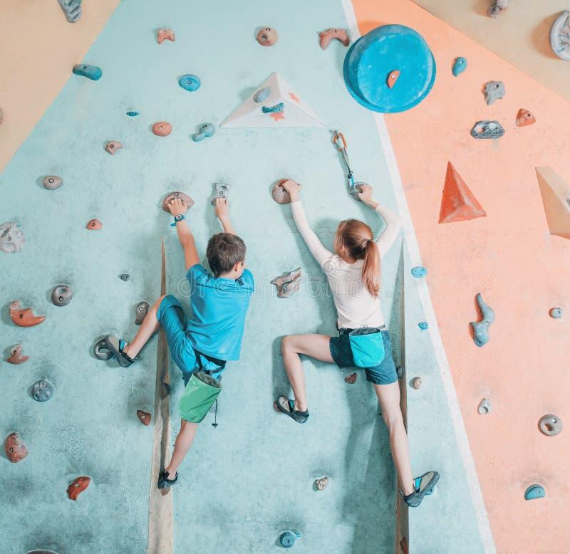 上升在健身房的两个孩子 免版税库存图片