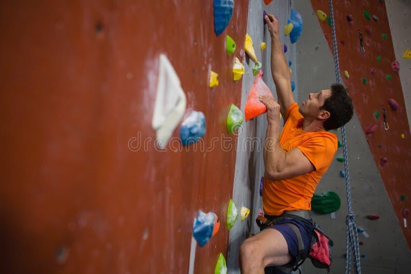 上升在健身房的人墙壁 免版税库存图片