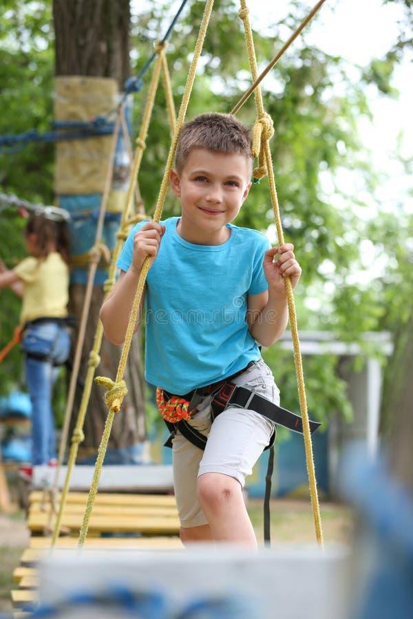 上升在冒险公园的小男孩 免版税库存照片