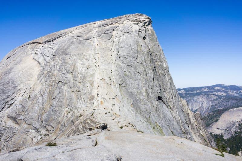 上升在半圆顶在一个晴朗的夏日,优胜美地国家公园,加利福尼亚缚住 免版税库存图片