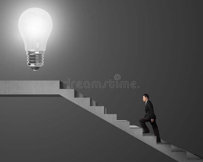 上升在台阶的商人到在上面的发光的电灯泡 皇族释放例证