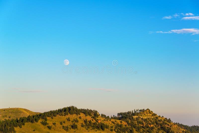 上升在小山的月亮 库存图片
