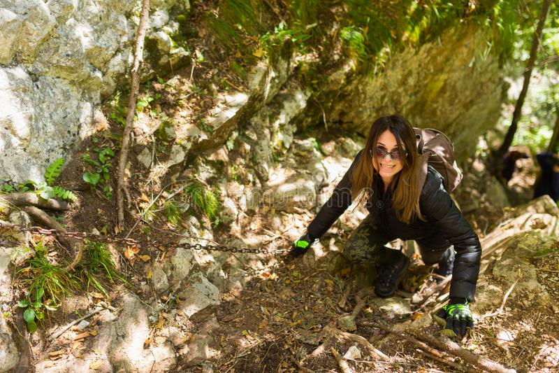 上升在山墙壁上的远足者 免版税图库摄影